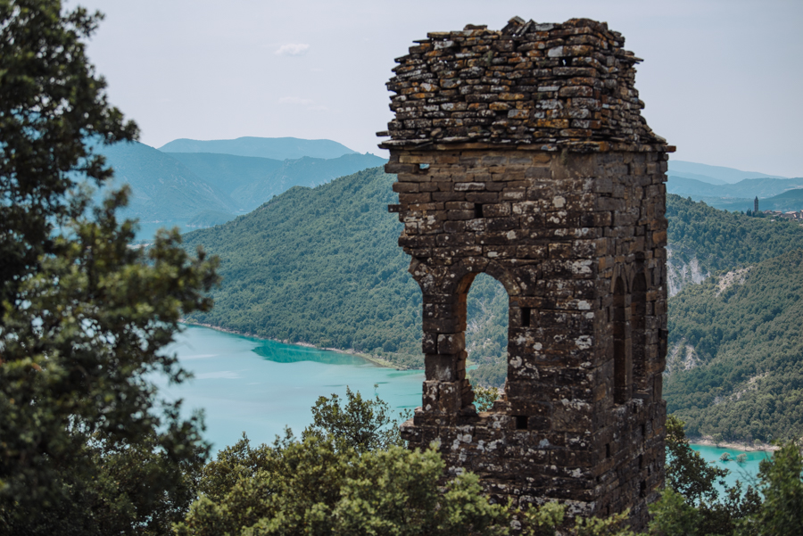 There are some great easy hikes in the Ainsa-Sobrabe province in Aragon. Many are near the beautiful town of Ainsa